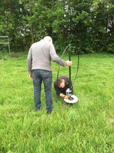 Gert (PA5TS) en Guido (PE1MHY) monteren de loop antenne